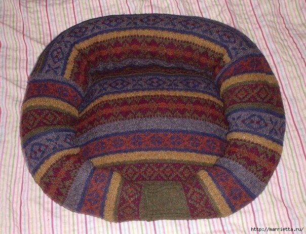 Pet-Bed-from-Old-Sweater-9