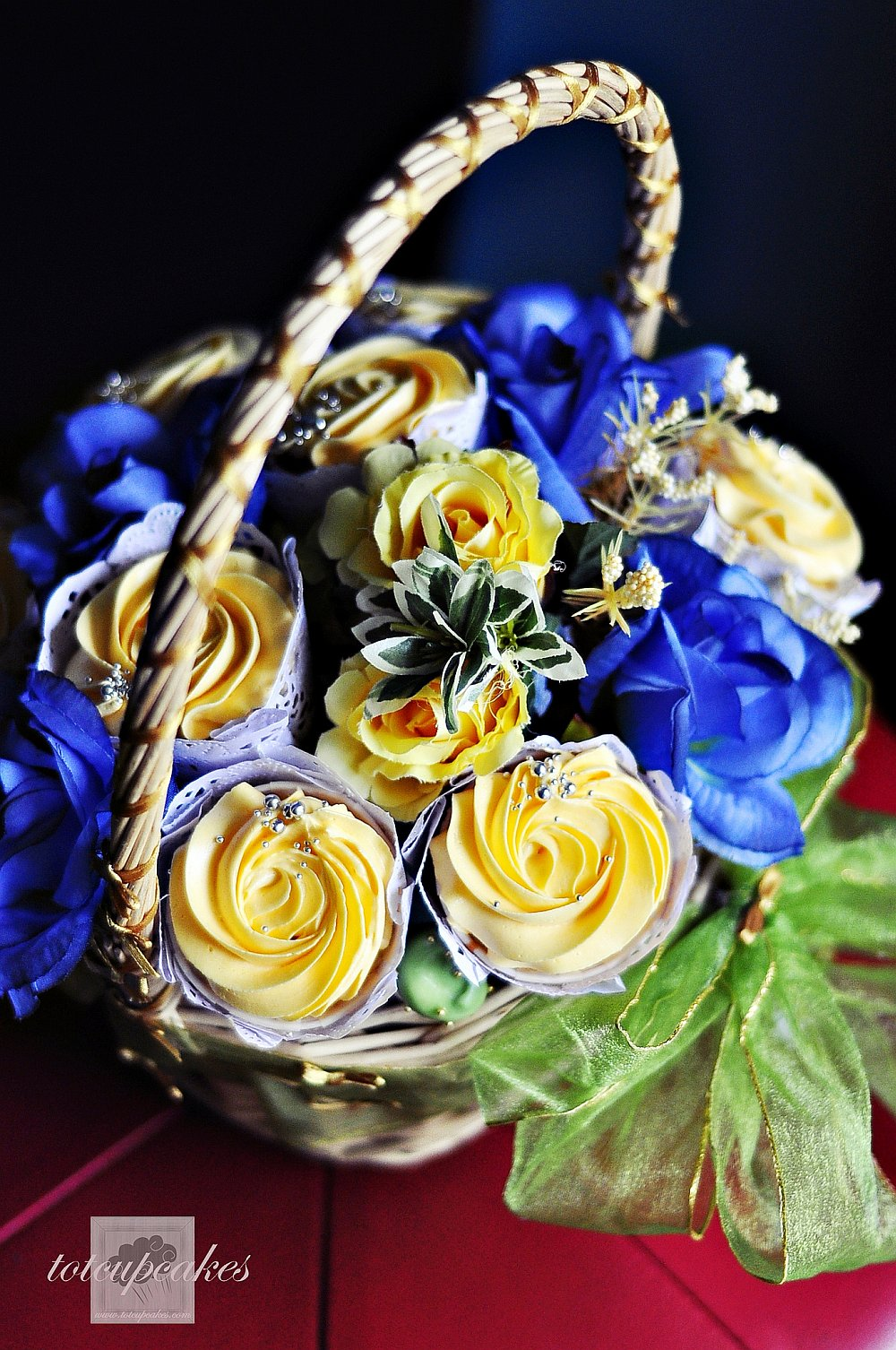 Yellow and Blue roses cupcake bouquet