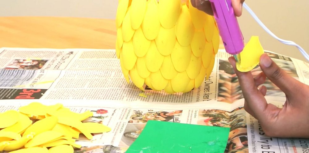 diy pineapple lamp - glue gun