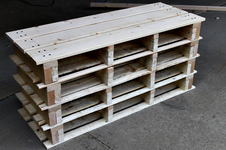 VIEW IN GALLERY Shoe Storage Bench From Pallets Awesome Shoe Storage Bench  Made From Pallets