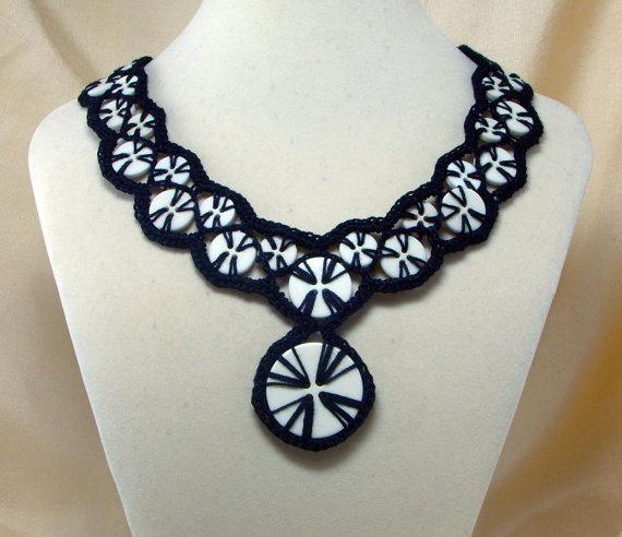 crochet button necklace2