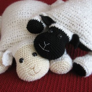 Wonderful DIY Adorable Knitted Lamb Pillow