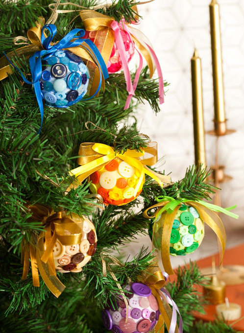 diy-christmas-tree-ornaments-buttons-ribbons-colors