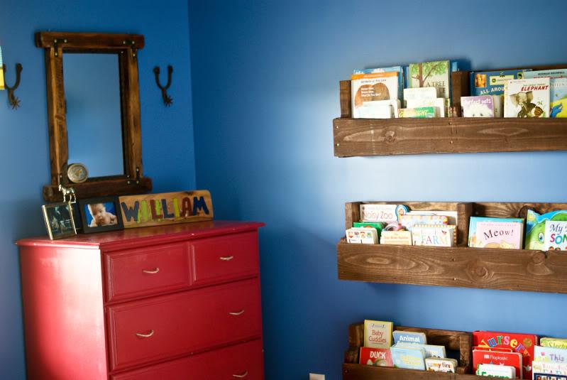 VIEW IN GALLERY Diy Pallet Bookshelf