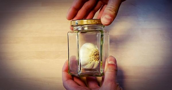 Easy way to Peel Garlic Kitchen Hack Simple Trick to Peel Garlic without Touching It!
