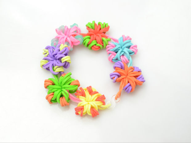 Rubber band flowers DIY Floral Jewelry Thats Perfect for Spring Time
