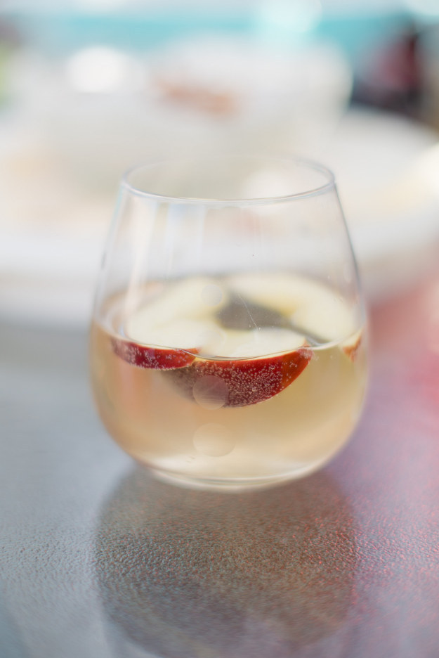 White sangria with apple