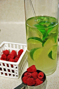 White wine sangria with raspberry and kiwi