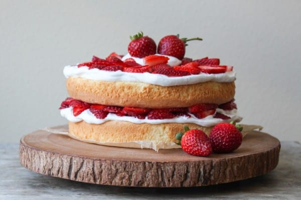 VIEW IN GALLERY Basic White Vegan Sponge Cake With Starwberries
