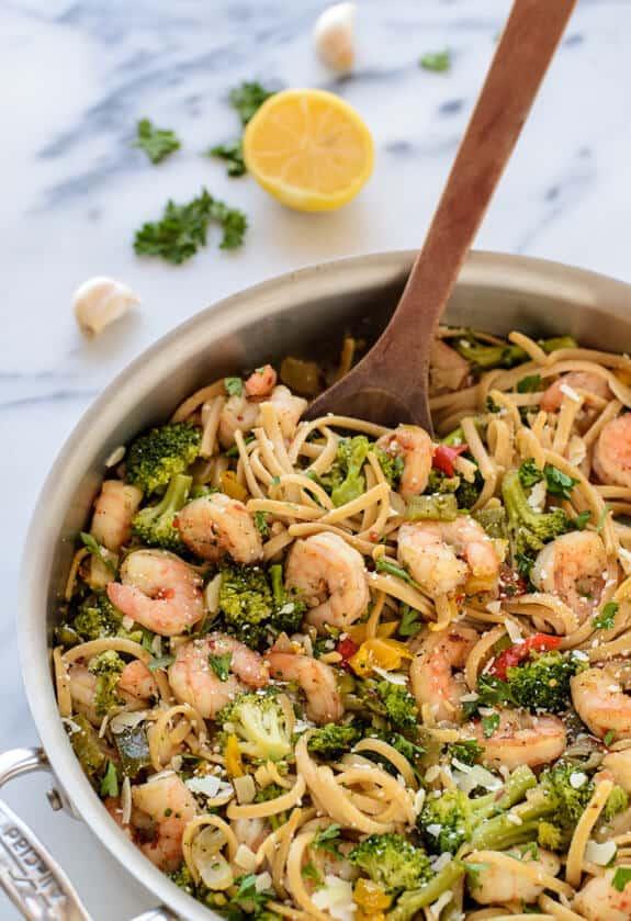 Healty garlic shrimp and broccoli pasta