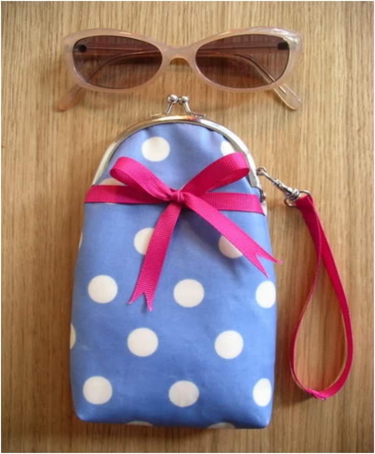 Snapping wristlet case