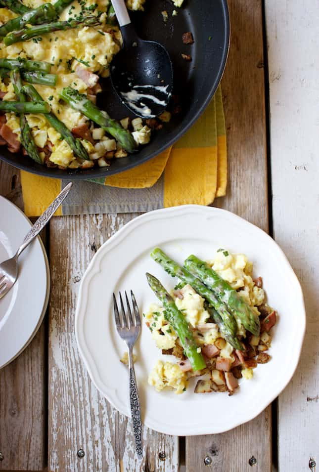 eggs-benedict-and-asparagus-breakfast-skillet