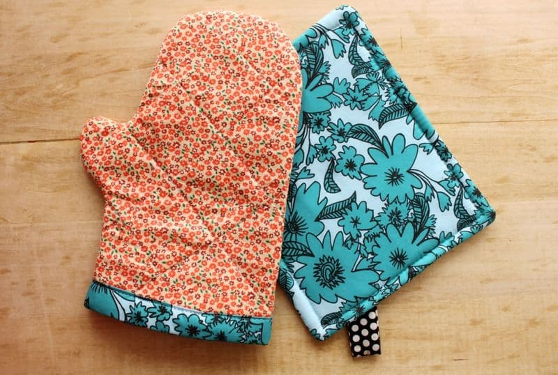 Graphic oven mitt and hot pad set