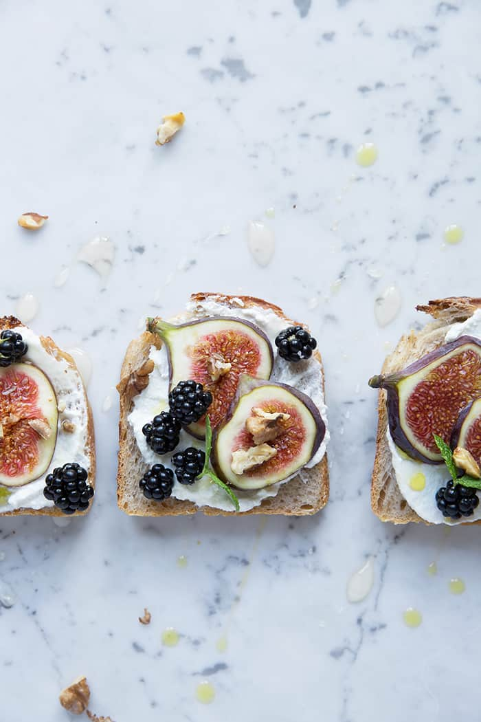 Yoghurt toast with figs