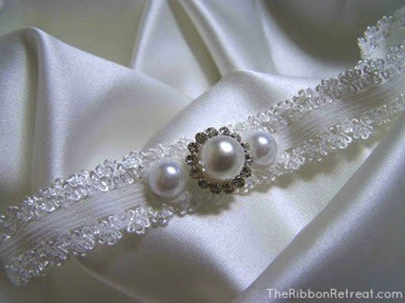 Glamorous pearl garter