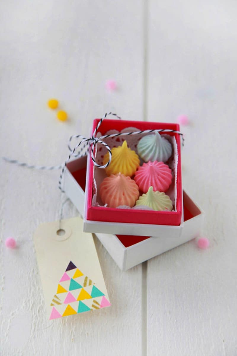 Mini meringues in cute boxes