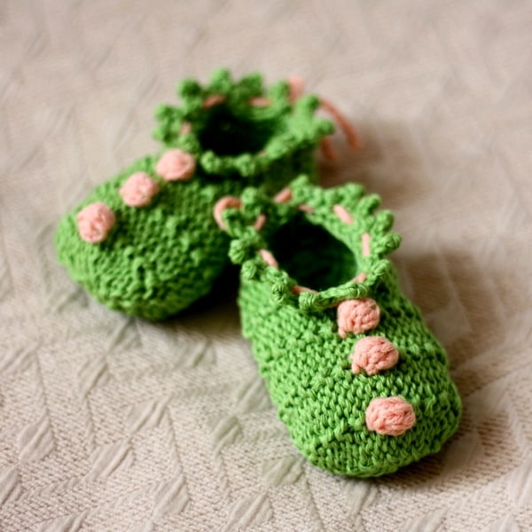 Baby booties with 3 bobbles