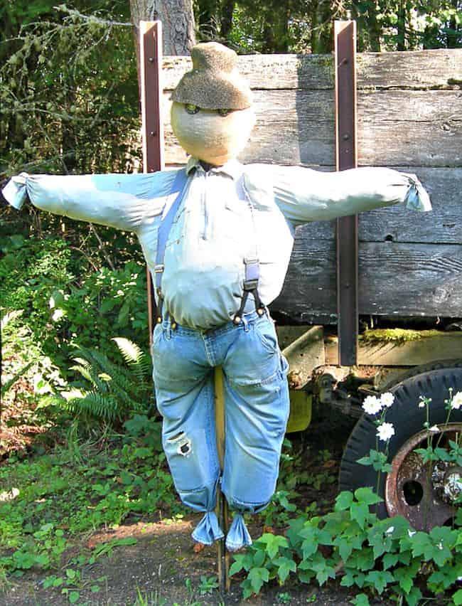 DIY Balloon and burlap scarecrow