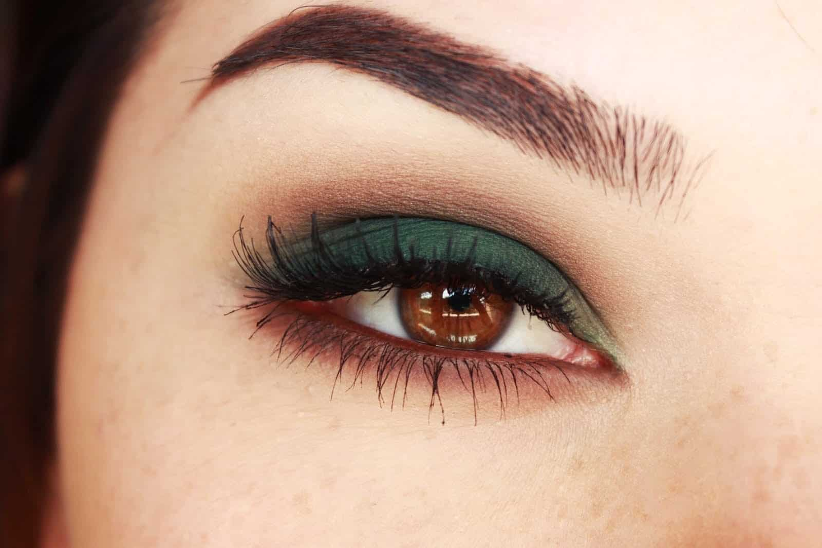 Evergreen lids and a brown underliner