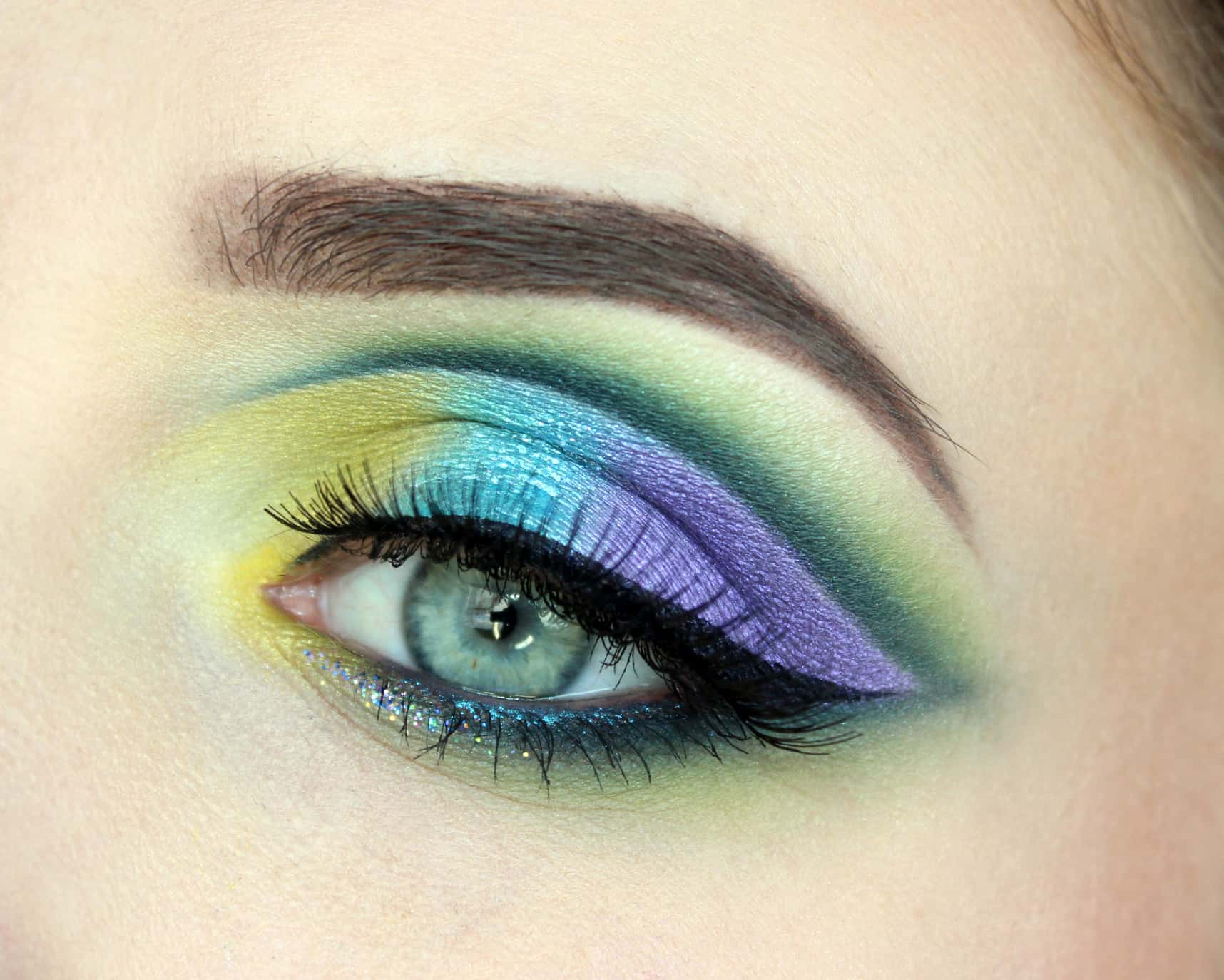 Rainbow lids with a blended green crease