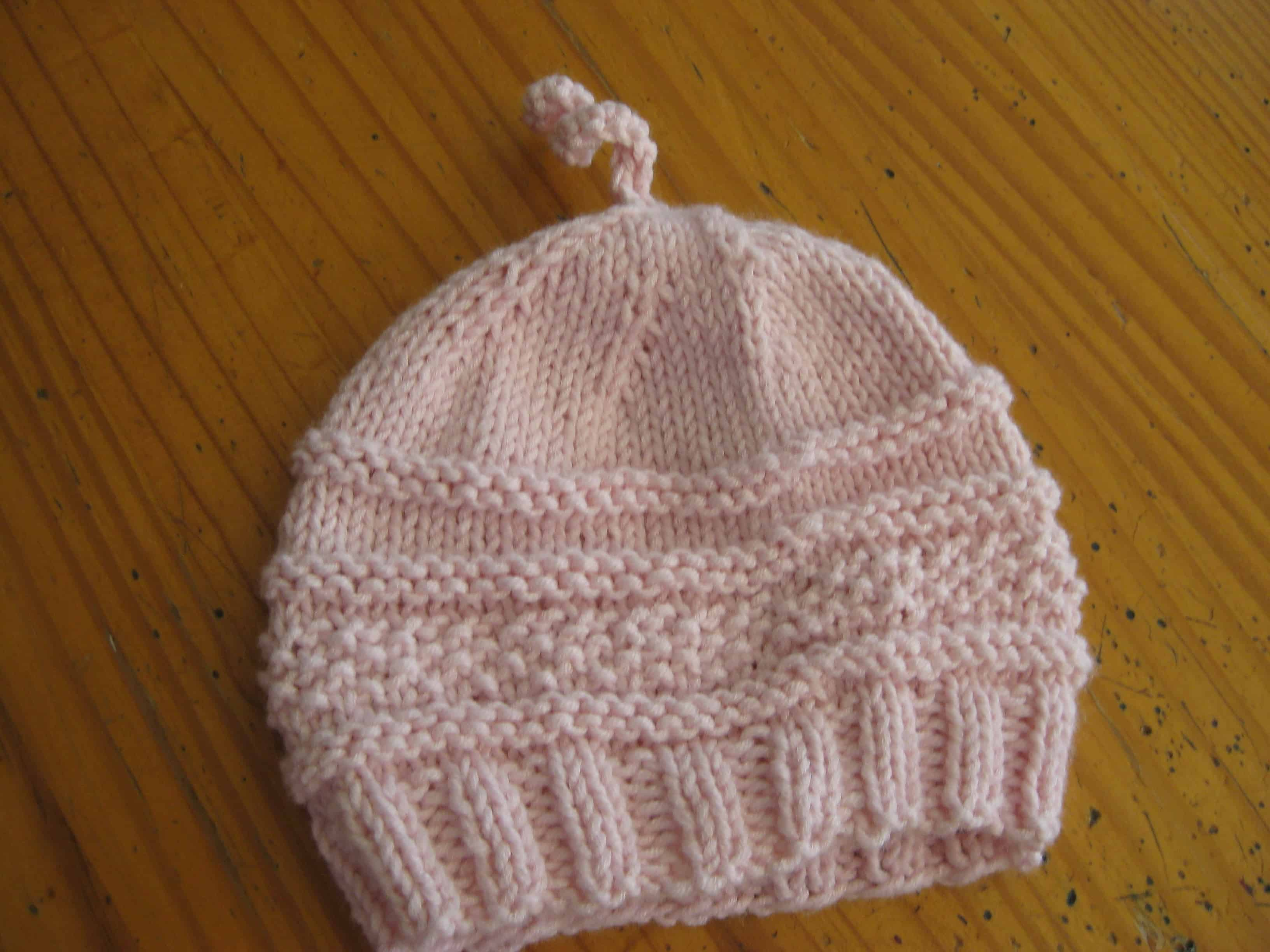 Textured hat with a top curl
