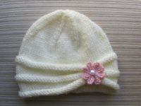 Triple rolled brim at a little flower 200x150 Simply Adorable: 15 Super Cute Knitted Newborn Hats
