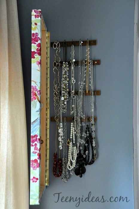 Painting jewelry storage