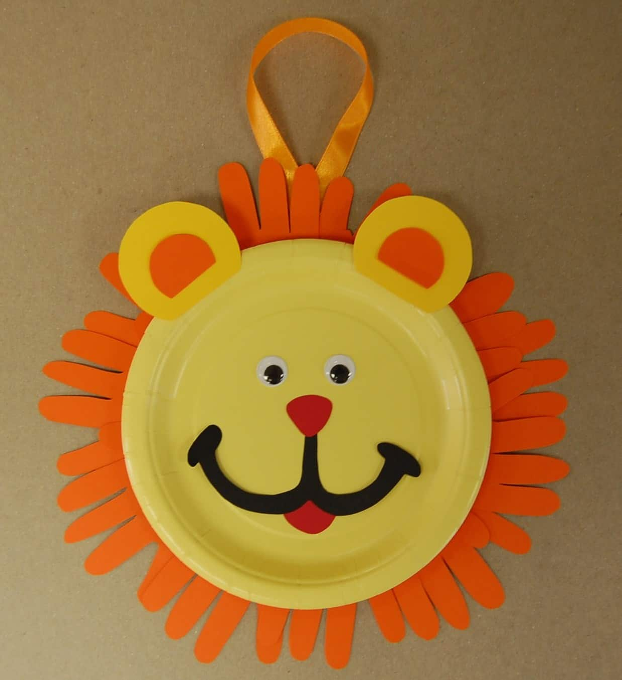Paper plate and handprint lion