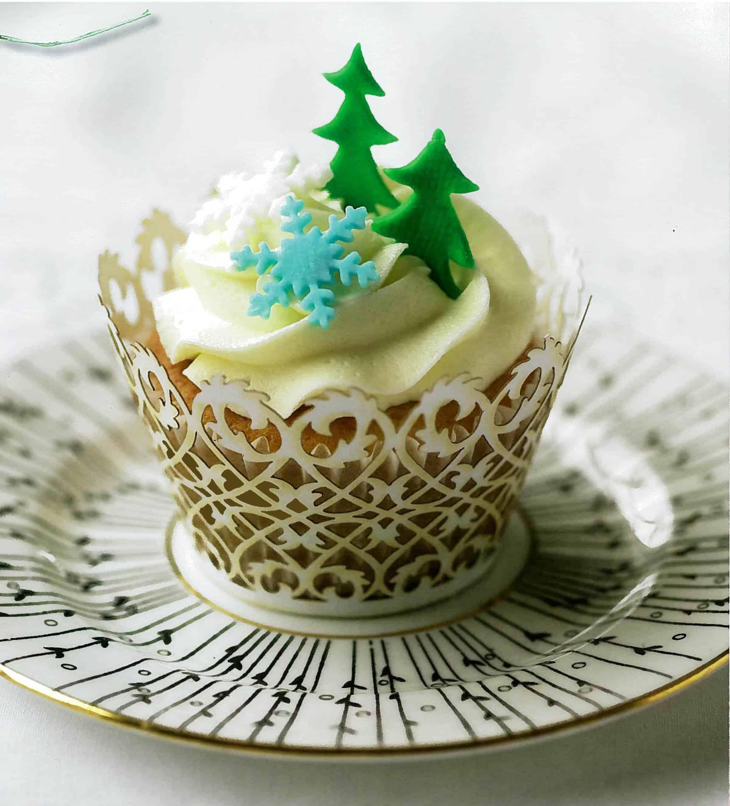Elegant fondant cut-out Christmas cupcakes