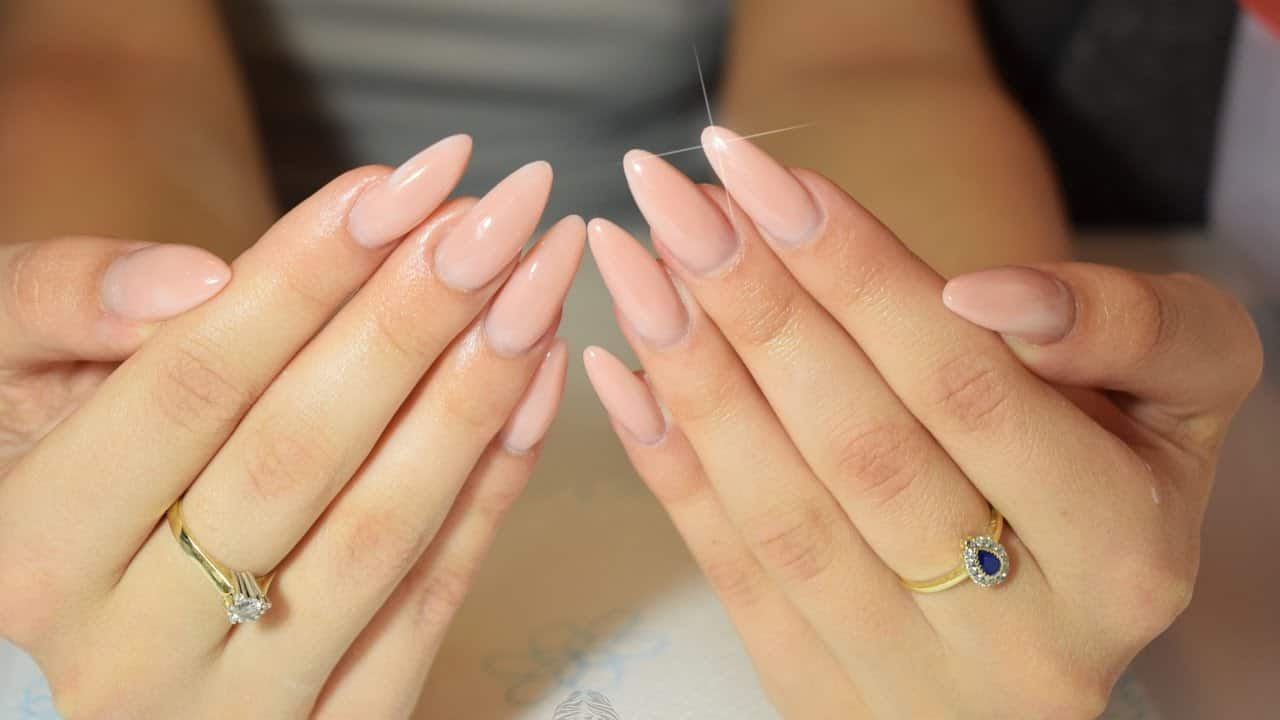 modern and trendy manicure diy almond nails