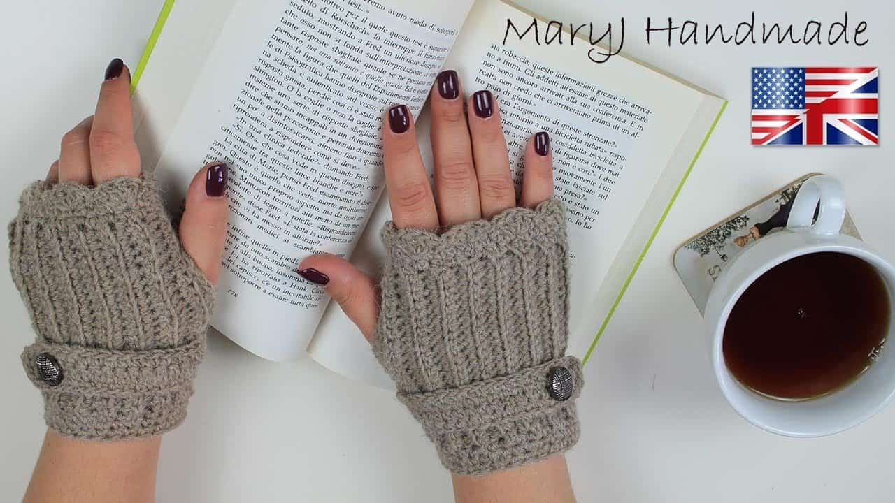 Short fingerless gloves with button straps