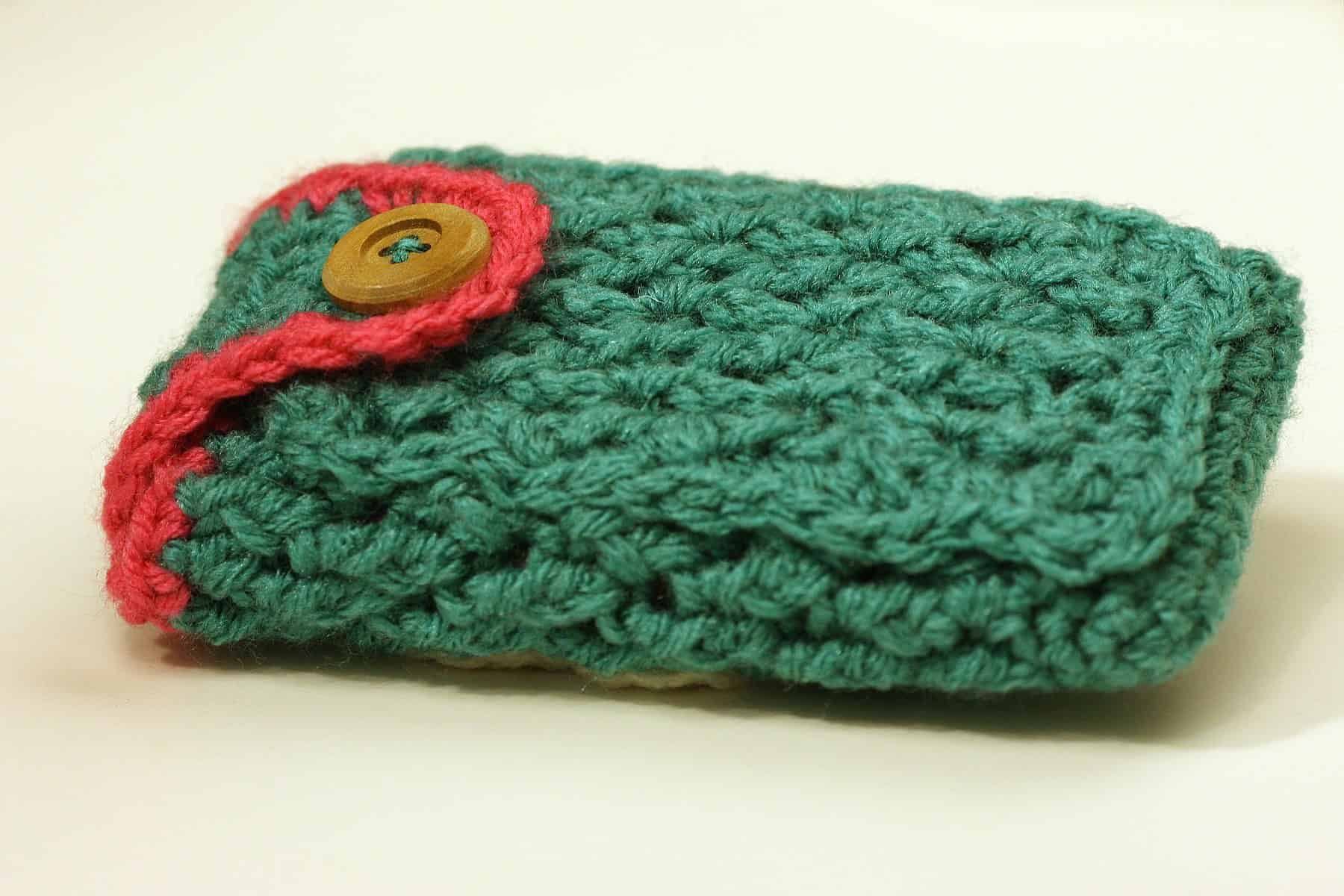 Crochet cell phone case with a pocket