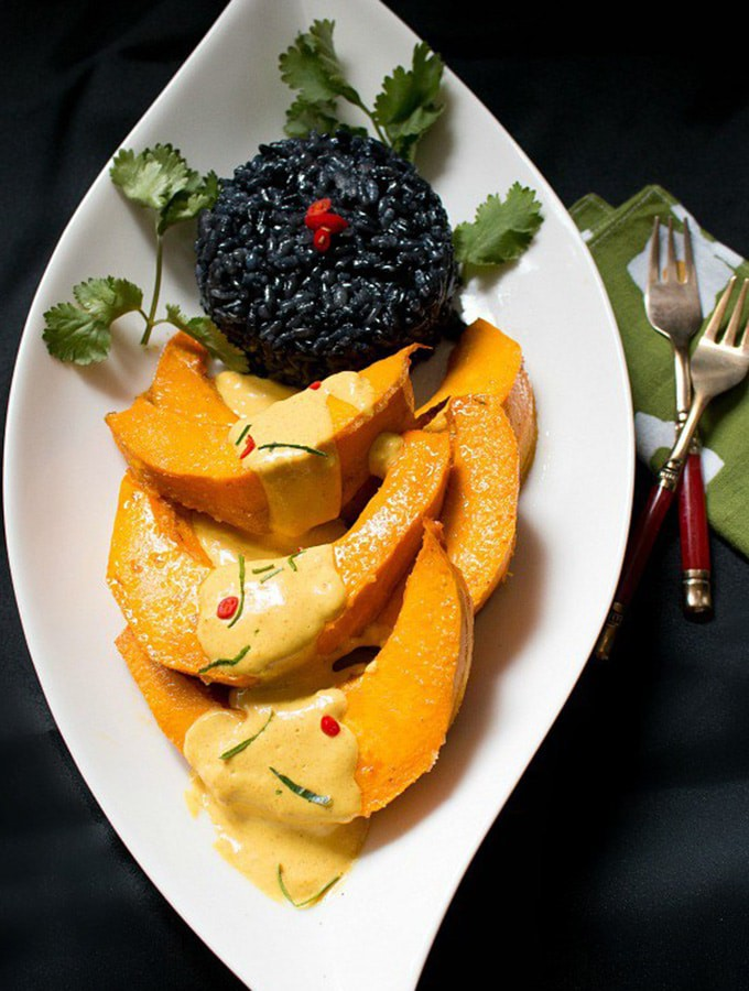 Roasted kabocha squash with curry sauce