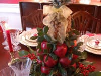 Colonial Williamsburg centrepiece 200x150 Dining with Cheer: Beautiful DIY Holiday Centerpieces and Table Settings