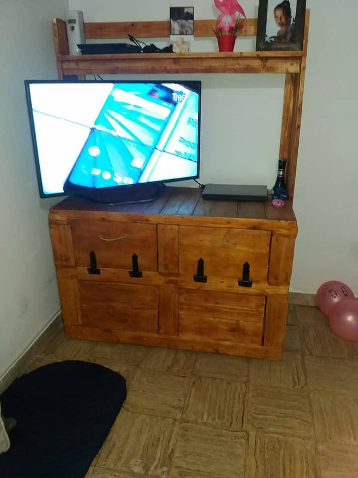 DIY wood pallet storage TV stand