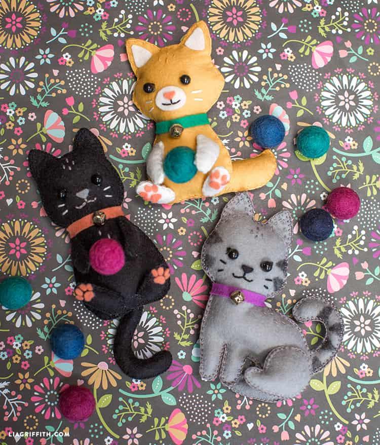 Detailed DIY felt kitties
