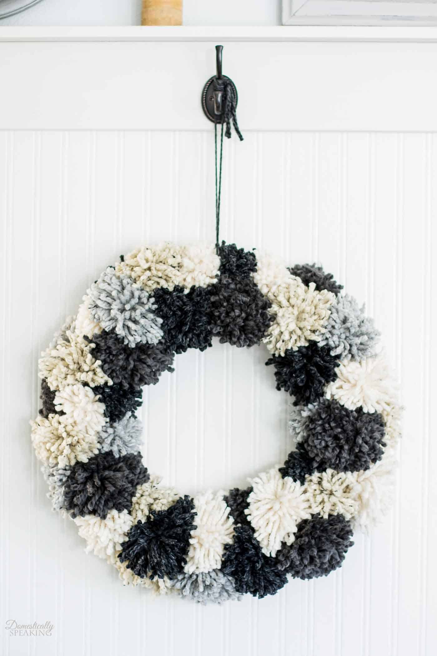 Winter pom pom wreath 15 Winter Projects Made with Pom Poms